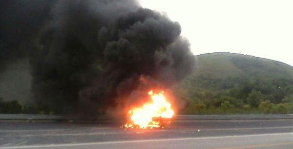 Normalistas prendieron fuego a una camioneta de Bimbo, en Guerrero