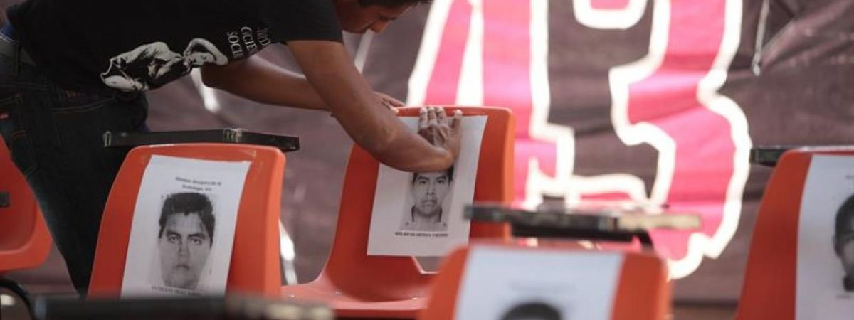 Padres de alumnos desaparecidos de Ayotzinapa viven en las aulas de sus hijos