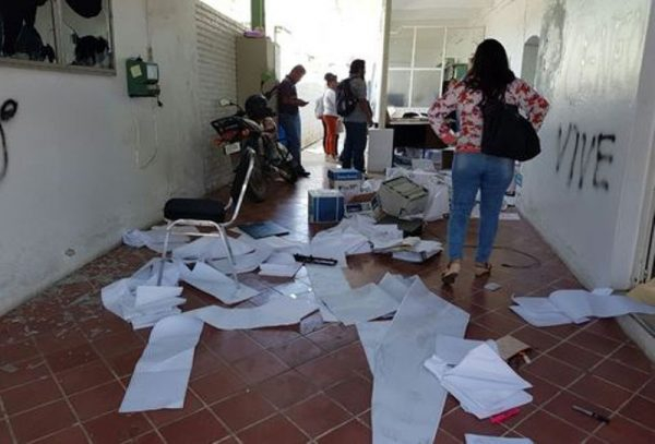 Normalistas vandalizan oficina del IEEPO