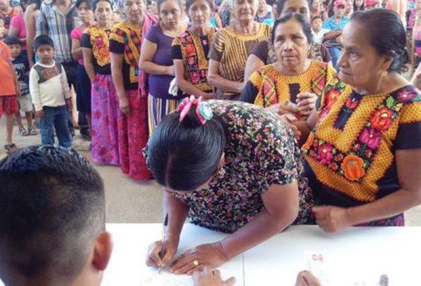 Mujeres votan por primera vez en municipio de Oaxaca
