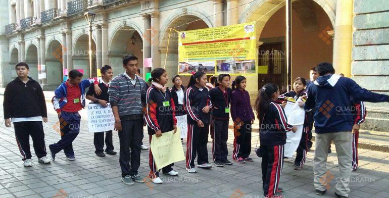 Continúa protesta de alumnos de secundaria en Palacio de Gobierno de Oaxaca