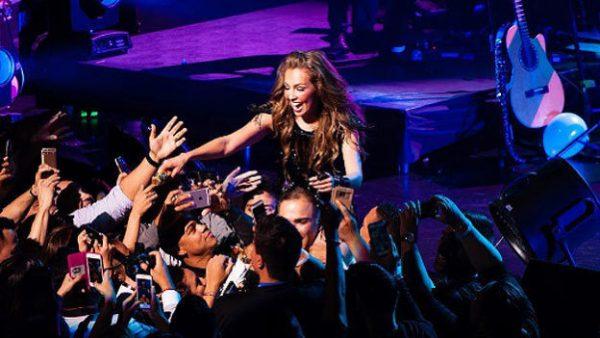 ¡Omg! Thalía termina casi desnuda en concierto