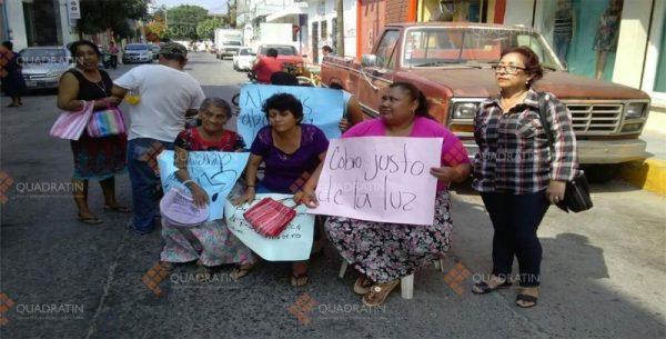 Protestan amas de casa por alza de tarifa en recibos de CFE en Juchitán