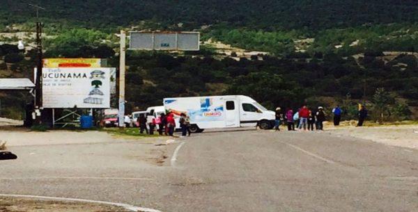 Bloquean normalistas carretera en la Mixteca