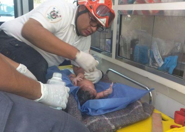 Bomberos de Oaxaca, rescatan a recién nacida tras haber sido abandonada
