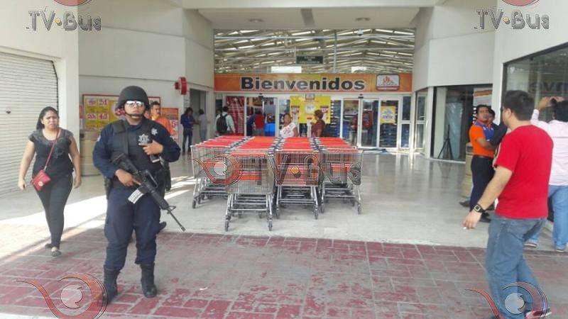 """FOTOS: Cierran """"Chedraui"""" en Tuxtepec, por amenazas de saqueo"""
