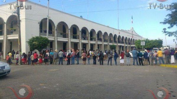 Tuxtepecanos realizan enormes filas para pagar impuestos