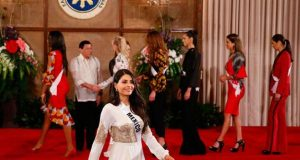 #VIDEO Concursantes de Miss Universo 'amansan' al presidente de Filipinas
