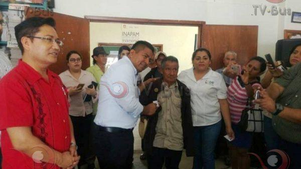 Dávila entrega apoyos a integrantes del INAPAM