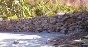 En Oaxaca construyen muro para impedir paso a pobladores