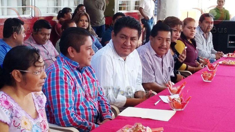 Apoya Irineo Molina a escuela de Valle Nacional
