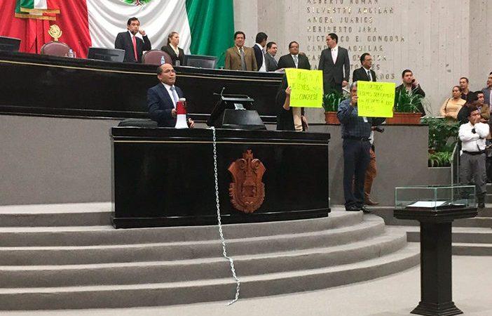 """Diputado se """"encadena"""" a tribuna para exigir reducción de regidurías"""