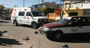 Choque de moto contra taxi deja dos heridos