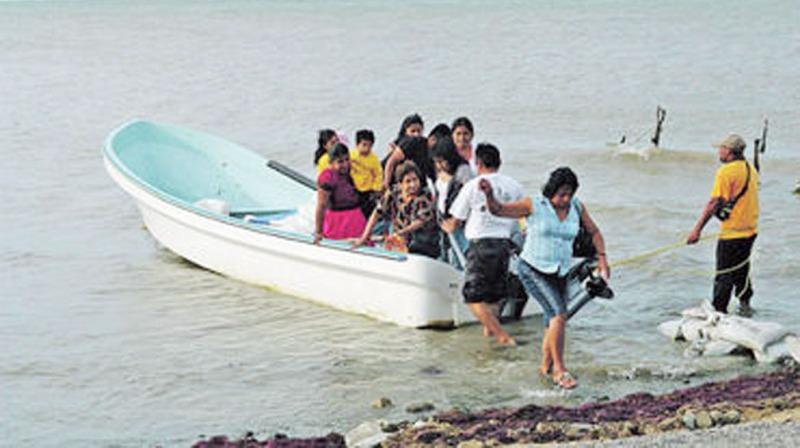 Mueren 3 personas al volcar lancha en playa del Istmo