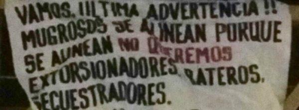 Aparece manta con mensaje en el puente peatonal del DIF Oaxaca