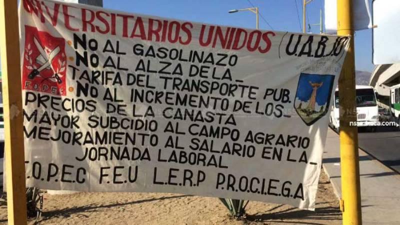 Universitarios toman autobuses y la gasolinera 5 Señores en repudio al gasolinazo