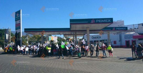 Activistas protestan en 4 gasolineras de la ciudad de Oaxaca