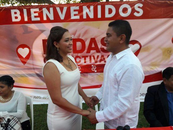 ¡Pone el ejemplo! Presidente de Jacatepec, se casa en bodas colectivas