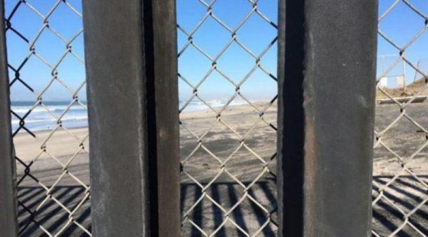 Refuerzan con malla de alambre muro fronterizo en Tijuana, pero ya tiene un hoyo