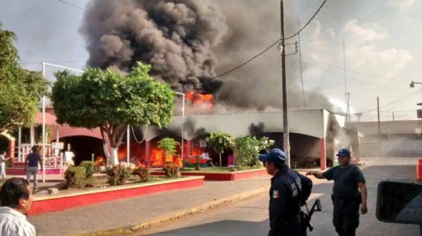 Un herido y cuatro locales con pérdida total por incendio en mercado de Loma Bonita