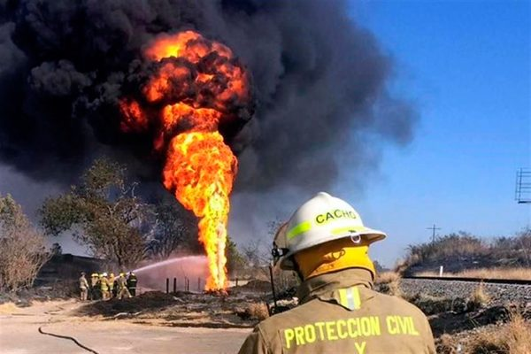 Ducto de Pemex en Jalisco se incendia sobre carretera hacia Nogales