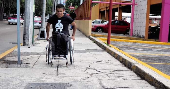 Asociaci n sillas en movimiento piden espacios para - Sillas para subir escaleras personas mayores ...
