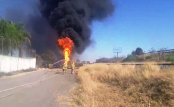 Fuga en ducto de Pemex provoca incendio en Zapopan