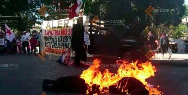 Queman a Peña y Trump frente a Palacio de Gobierno en Oaxaca