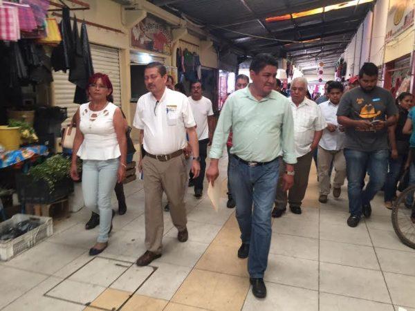 Atiende Irineo Molina a damnificados por incendio en mercado en Loma Bonita