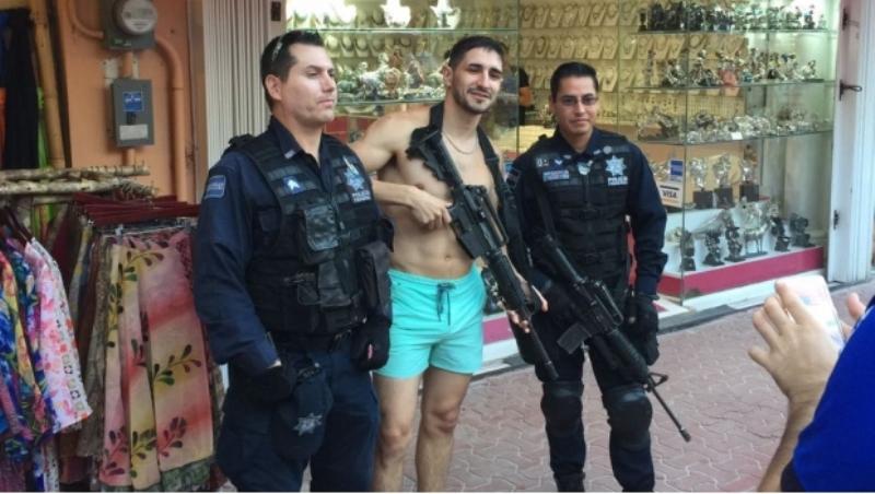 Oficial de la PF le presta su arma a turista en Playa del Carmen