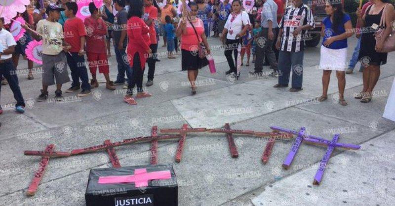 Marchan por los derechos de las mujeres en Guerrero y Oaxaca