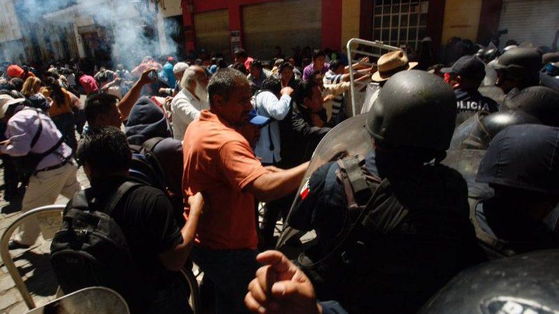Policía lanza gas lacrimógeno a grupo de la Sección 22 en Oaxaca