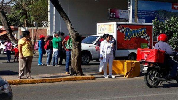 Retienen normalistas vehículos de empresas privadas en la ciudad de Oaxaca