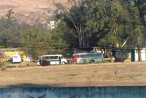Normalistas secuestran 6 autobuses del transporte público en Oaxaca