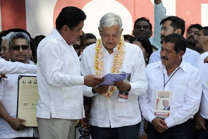 Irineo Molina entrega proyecto alternativo de nación en lengua Chinanteca a López Obrador