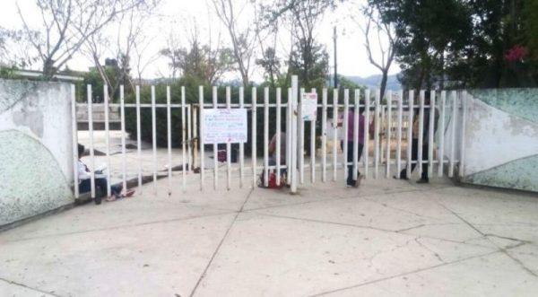 Se manifiestan maestros de la S-22 en oficinas del IEEPO de Huajuapan de León