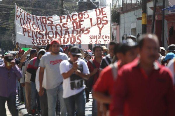 Trabajadores demandan pago de fondo de pensiones en Oaxaca