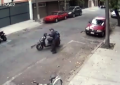 Exhiben a policía de la CDMX moviendo moto para infraccionar (+video)