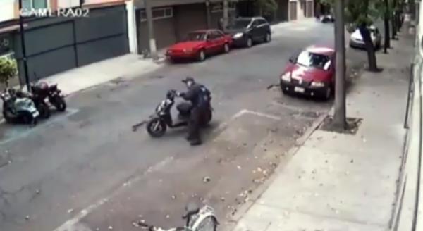 Exhiben a policía de la CDMX moviendo moto para infraccionar (+video)
