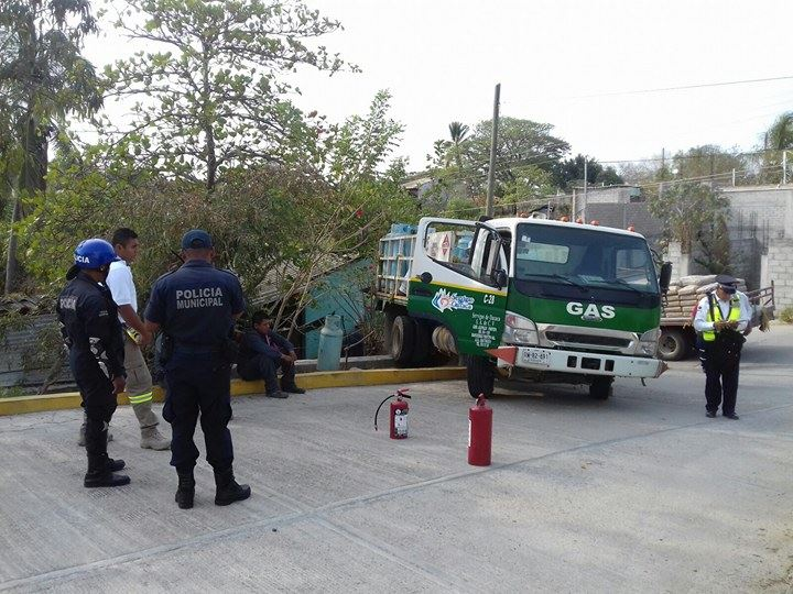 Camión de Servigas se impacta en domicilio; un lesionado