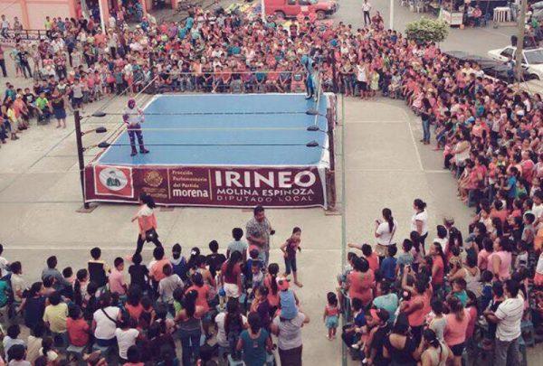 Irineo Molina lleva alegría a los niños en su día con función de lucha libre