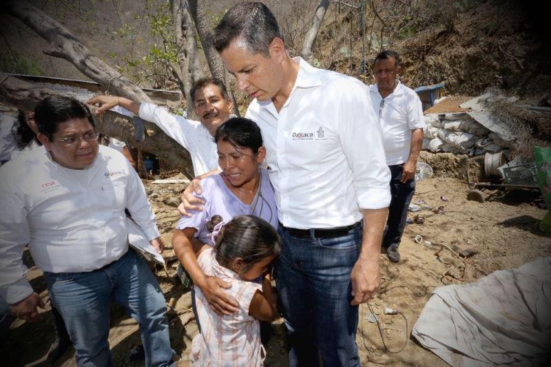Recorre Alejandro Murat zona afectada en Teotitlán de Flores Magón