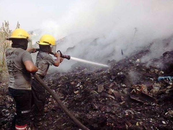 Bomberos anuncian que hoy podrían sofocar el incendio en el basurero