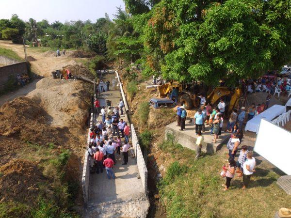 Inicia presidente de Loma Bonita drenaje pluvial en el barrio de Conejos