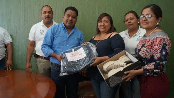 Entrega Gobierno Municipal de Tuxtepec uniformes a trabajadores sindicalizados