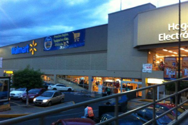 Grupo de 20 pistoleros irrumpe un Walmart, amaga a empleados y luego roba artículos.