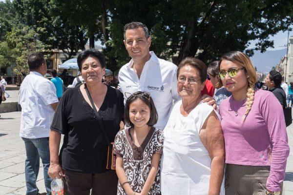 Convive Alejandro Murat con oaxaqueños y visitantes en el Centro Histórico