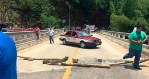 Bloquean carretera en la Costa de Oaxaca