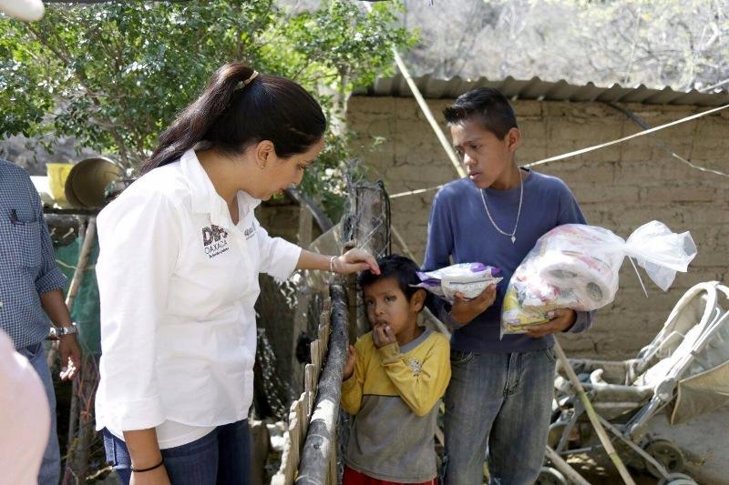 Entrega DIF Estatal apoyos por contingencia en Teotitlán de Flores Magón