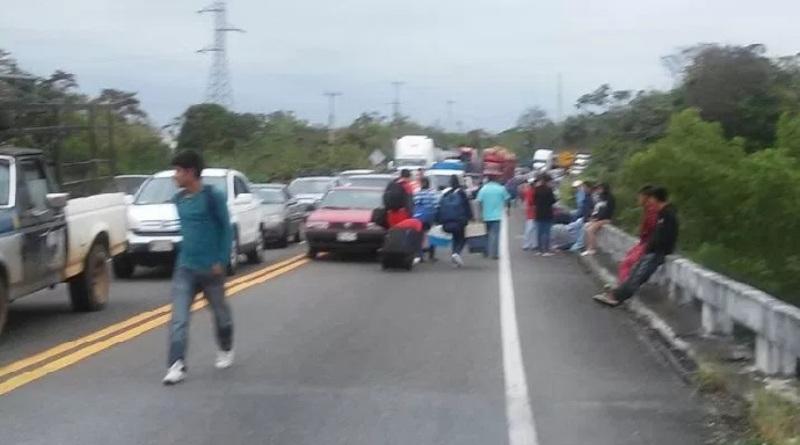 Libre carretera Matías Romero-Palomares; inconformes fueron desalojados